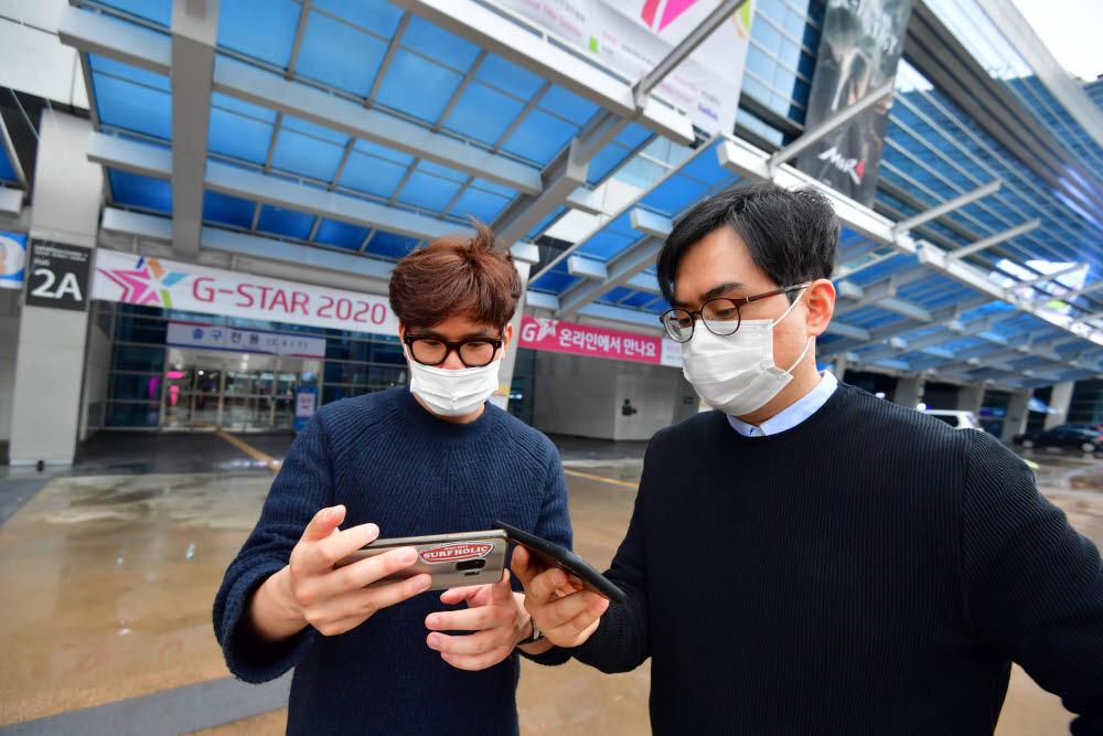 지난해 지스타 2020은 코로나19로 인해 부산 벡스코에서 사상 처음으로 온라인 개막했다. 직접 전시장을 둘러보지 못하는 시민이 아쉬움을 달래며 지스타 개막식을 생중계로 보고 있다. <전자신문DB>
