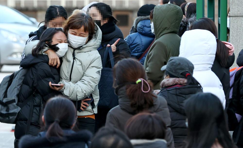 지난 달 2021학년도 수능을 치르고 학생들이 시험장을 나서고 있는 모습. 연합뉴스