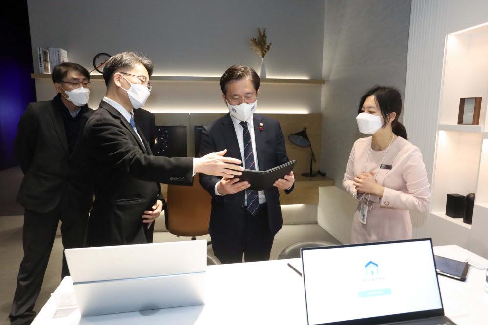 성윤모 장관, CES 2021 참가기업 현장방문