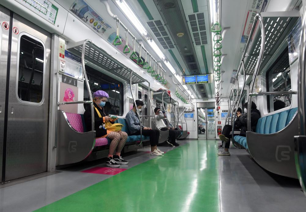 서울지하철 2호선 전동차 안에서 승객들이 마스크를 쓰고 거리를 둔 채 자리하고 있다. 이동근기자 foto@etnews.com