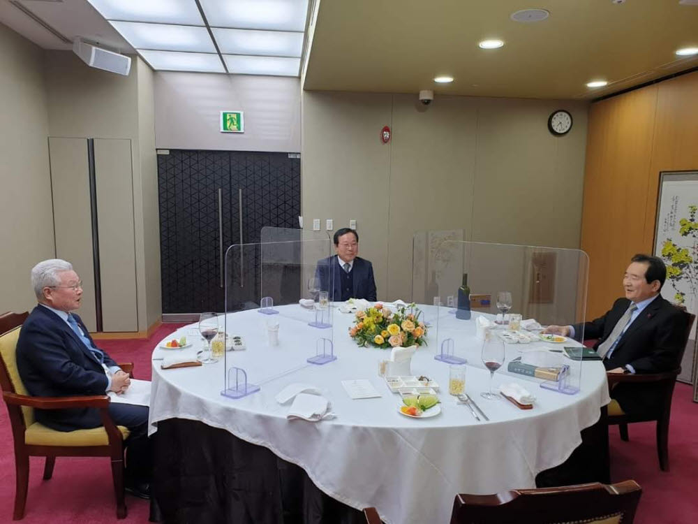 정세균 국무총리(오른쪽)가 지난 12일 정성욱 대전상공회의소 회장(왼쪽), 박희원 라이언켐텍 대표(가운데) 등 대전지역 경제계 인사들과 만찬을 갖고 경제 현안에 대해 의견을 나누고 있다. 사진출처=삼진정밀
