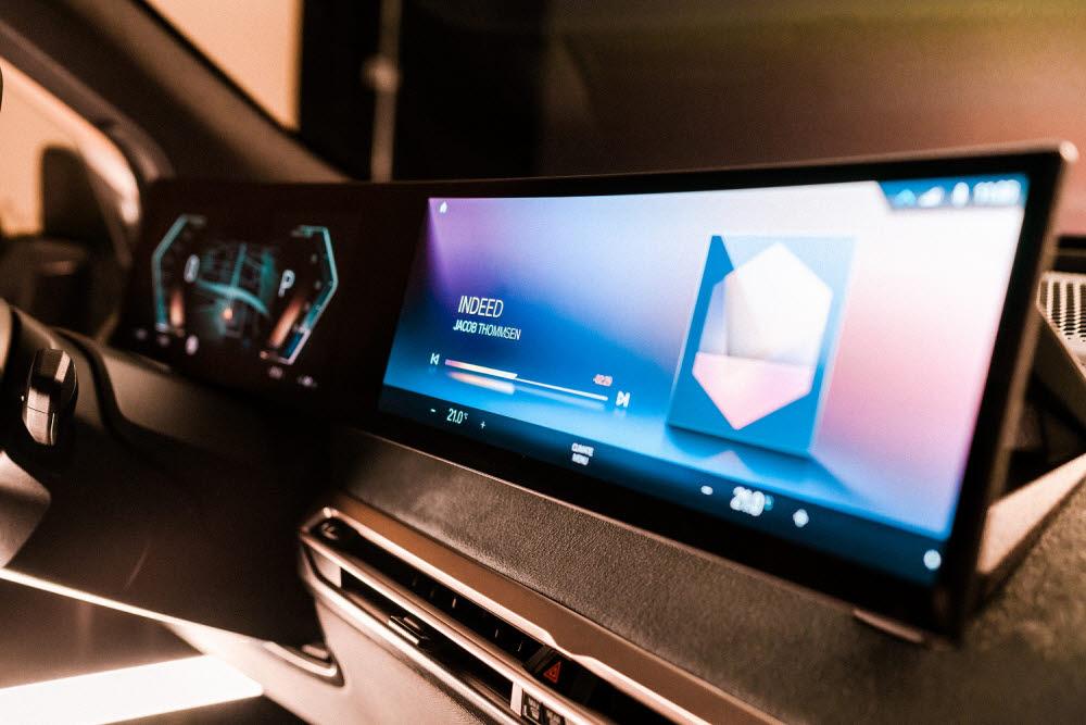 BMW 차세대 iDrive를 탑재한 전기차 iX 디스플레이.