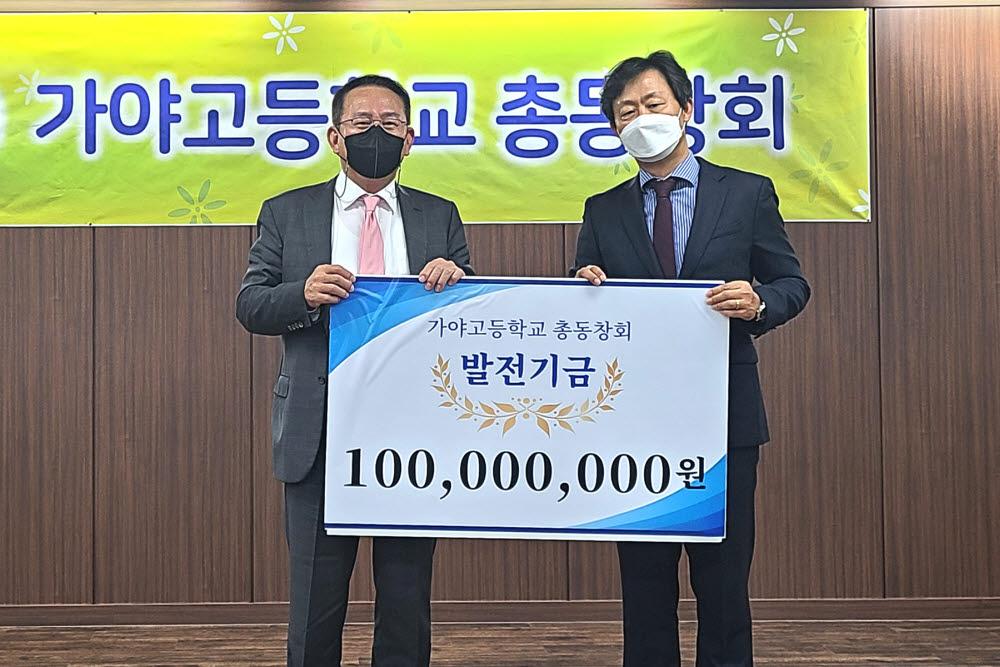 روز دوازدهم ، کیم هیون گیوم ، رئیس گروه طرفداران (سمت چپ) ، یک عکس یادگاری اهدا کرد ، و 100 میلیون بودجه توسعه را به سونگ کی جوان ، رئیس افتخاری انجمن فارغ التحصیلان گایا ارائه داد.