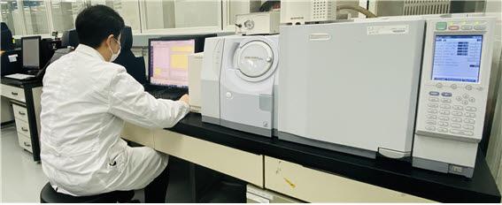 KATRi 연구원이 시험 자료를 확인하고 있다. 자료:KATRi