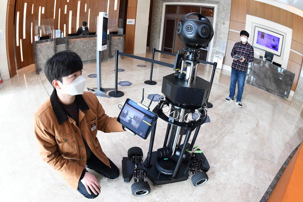 서울시가 시내 주요 컨벤션센터, 호텔 등 마이스(MICE) 산업 인프라를 가상현실(VR)로 구현한다. 14일 서울 구로구 신도림 디큐브시티호텔에서 촬영감독이 360도 카메라를 이용, 호텔 로비 VR촬영을 하고 있다. 김민수기자 mskim@etnews.com