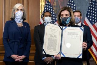 트럼프 탄핵소추안 서명하는 낸시 펠로시 하원의장