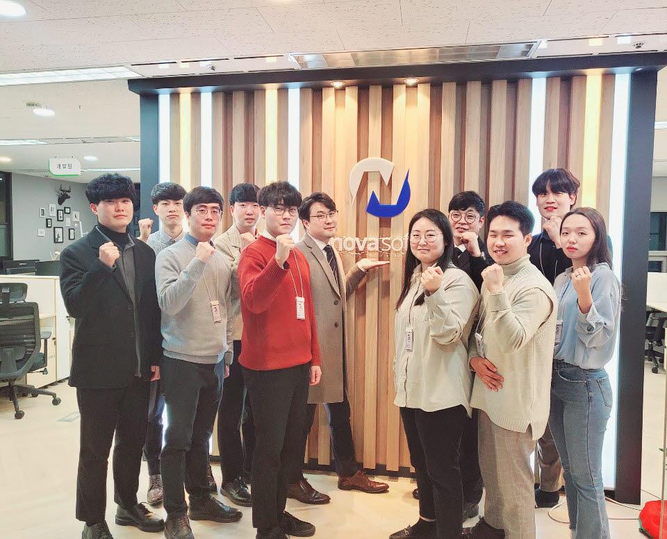 """노바소프트 임직원이 인천 송도 본사에서 """"아비스트론(AVIS-TRON)을 앞세워 세계시장에 도전하겠다""""는 새해 다짐을 전하고 있다."""