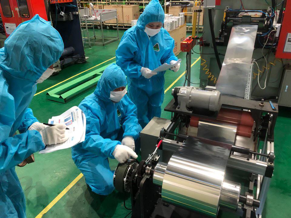 서광알미늄 직원들이 생산품을 확인하고 있다.