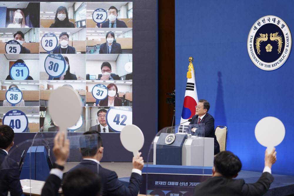 문재인 대통령이 18일 청와대 춘추관에서 열린 신년 기자회견에서 질문자를 선택하고 있다. 연합뉴스