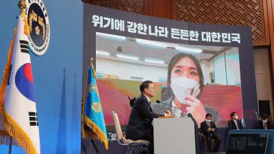 """[문 대통령 신년 기자회견] 與 """"소통노력 돋보여""""…野 """"입양아 교환 귀 의심"""""""