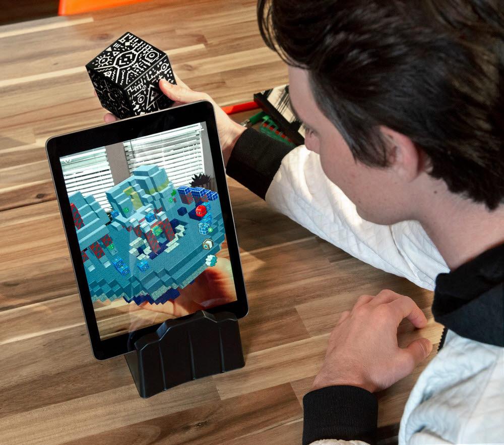 사용자가 대화형 시뮬레이션 과학 교육 도구 `머지큐브를 사용하고 있다.