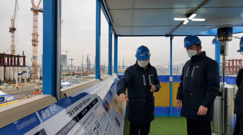 이재용 삼성전자 부회장이 4일 평택 3공장 건설현장을 점검한 모습.