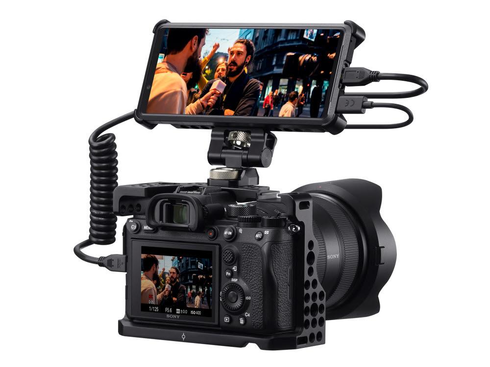 전문가용 카메라에 연결된 소니 엑스페리아 프로 5G