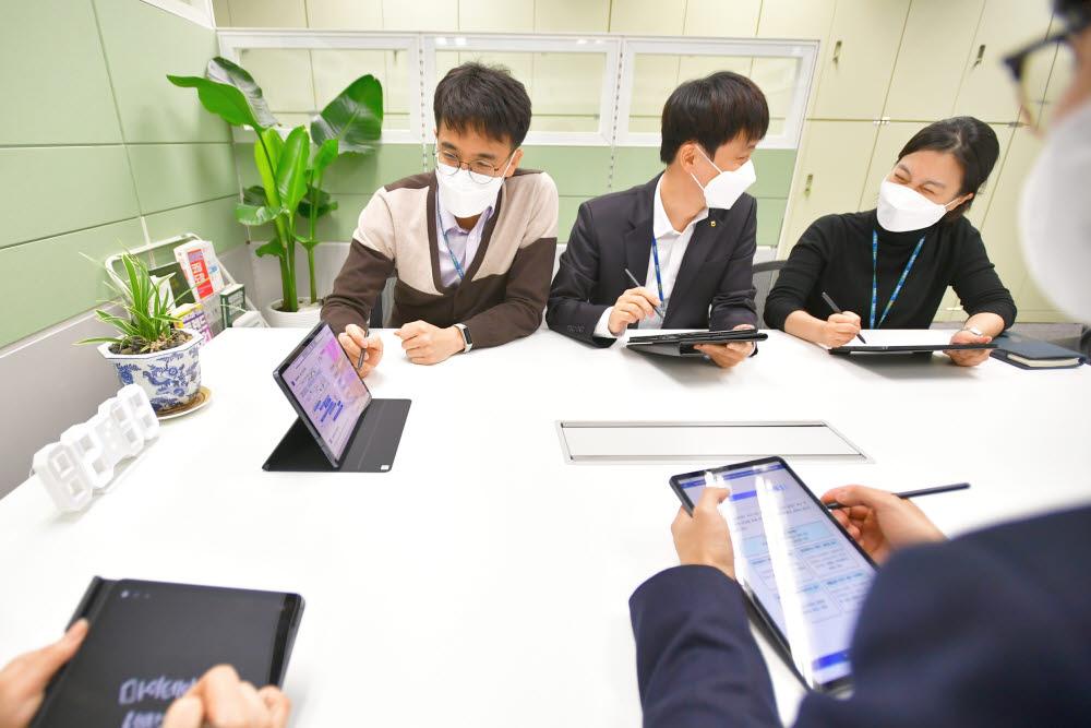 NH농협은행 데이터사업부 마이데이터신사업팀 직원들이 마이데이터 인프라 구축 관련 회의를 하고 있다.