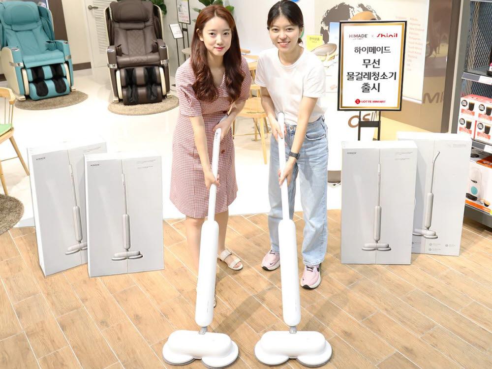 롯데하이마트 대치점에서 모델들이 하이메이드 무선 물걸레 청소기를 선보이고 있다.