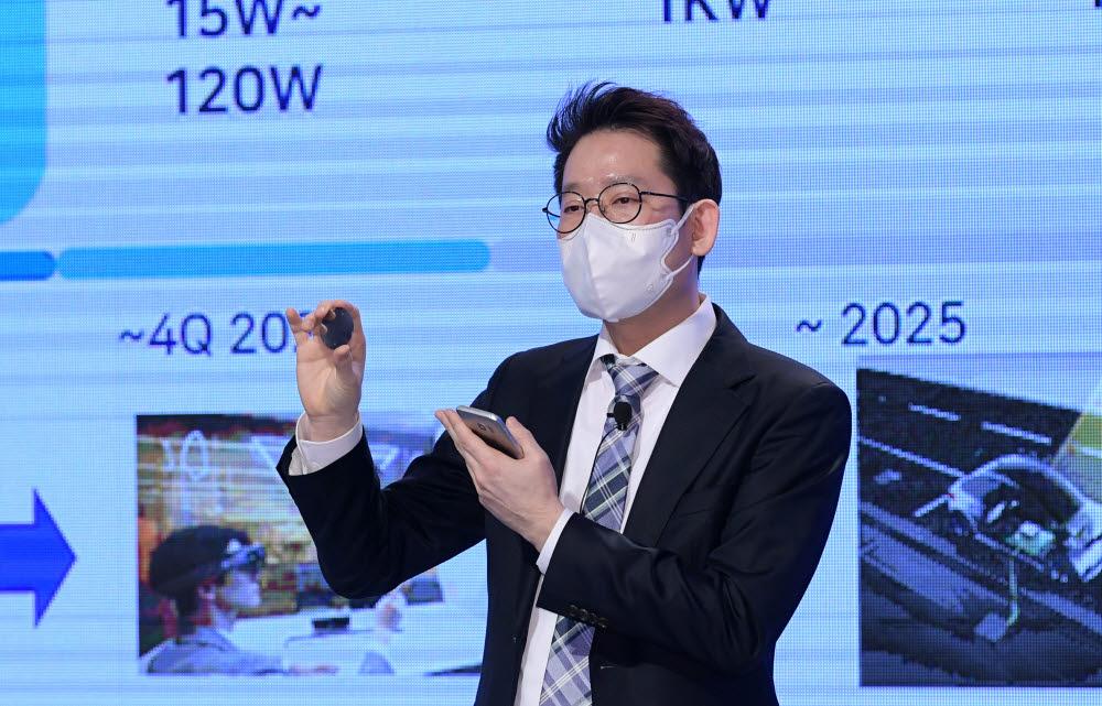 규제샌드박스 실증특례를 부여받은 워프솔루션 이경학 대표가 원거리 무선충전 솔루션을 소개하고 있다.