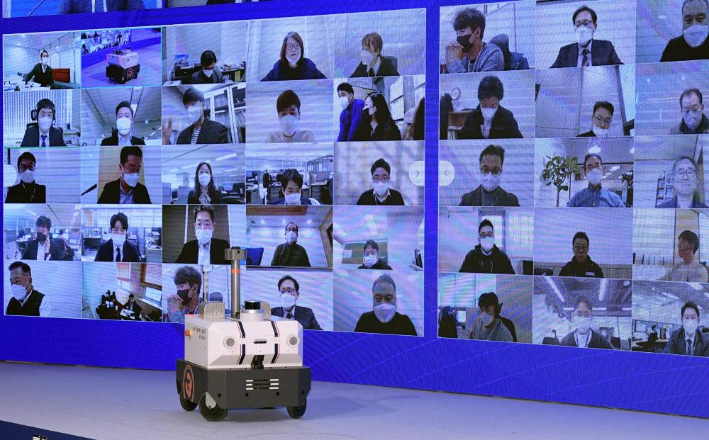 규제샌드박스 실증특례를 부여받은 자율주행로봇 스타트업 도구공간의 실외 자율주행순찰로봇 패트로버가 무대에 오르고 있다.