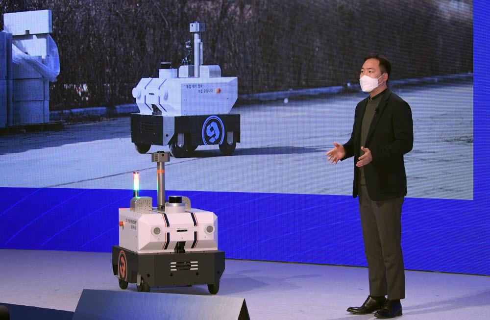 김진효 도구공간 대표가 실외자율주행순찰로봇 패트로버를 소개하고 있다.