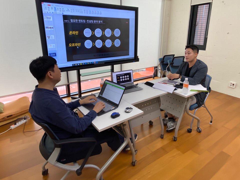 송정웅 베러먼데이드링크코리아 대표(오른쪽)가 SW융합클러스터2.0 사업에서 비대면 품목 개발 및 서비스 관련 컨설팅을 받고 있다.