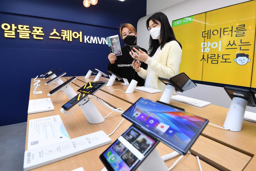 최신 자급제폰 인기 속 알뜰폰 가입자 늘어