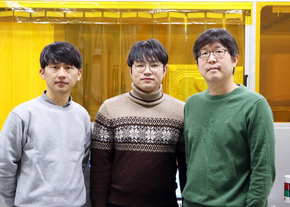 우리가 물체의 색을 구별할 수 있도록 하는 가시광선을 투과시키는 투명한 비정질 실리콘을 발견한 포스텍 연구팀. 왼쪽부터 윤관호 박사, 양영환 씨, 노준석 교수