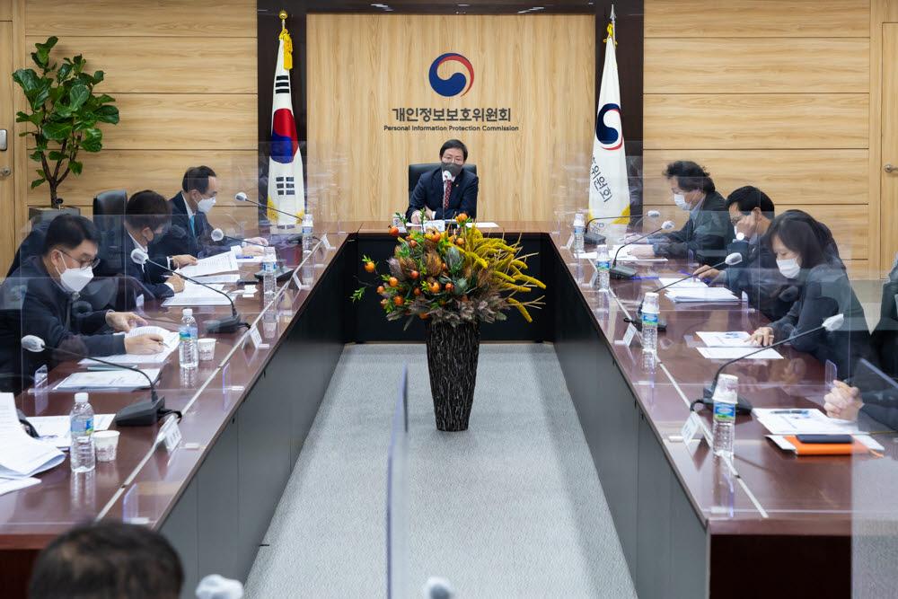 최영진 개인정보보호위원회 부위원장(가운데)이 9일 정부서울청사에서 개최된 2021년 제1회 개인정보보호 정책협의회에서 모두 발언을 하고 있다.