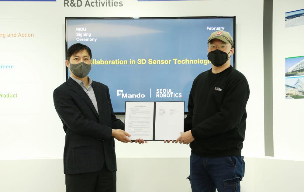강형진 만도 ADAS BU R&D센터장(왼쪽)과 이한빈 서울로보틱스 대표가 지난 8일 판교 만도 연구개발(R&D)센터에서 자율주행 3D 라이다 상용화를 위한 MOU를 체결했다.