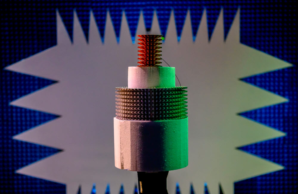 NRL이 3D 프린팅 기술을 활용해 만든 군함용 원통형 안테나(위). 사진 중간에 있는 기존 안테나보다 훨씬 부피가 작다. <자료= NRL>