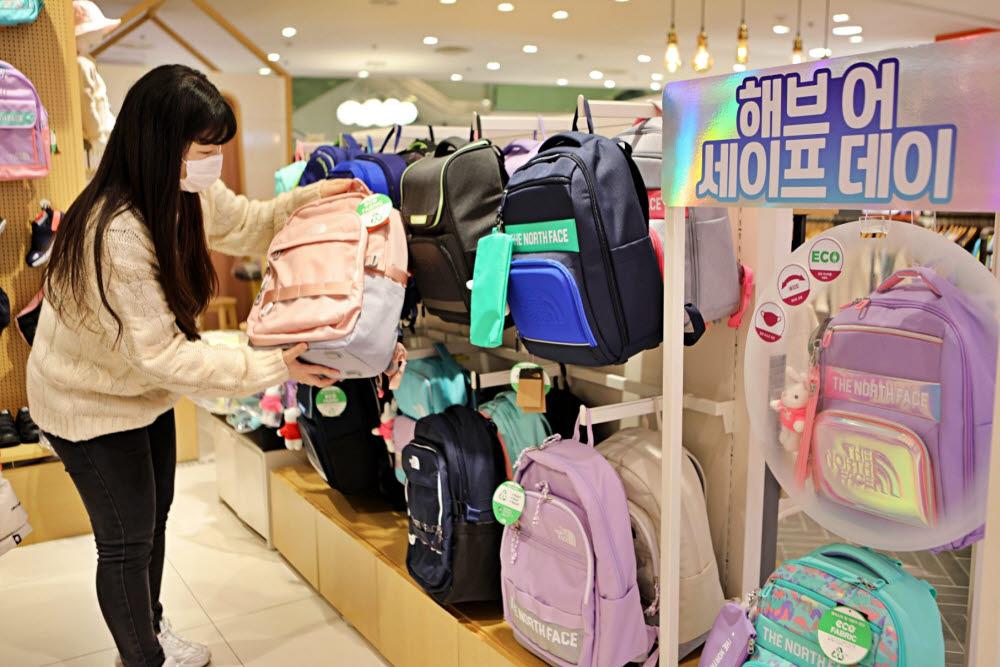 롯데 백화점, 봄 학기 인기 상품 홍보