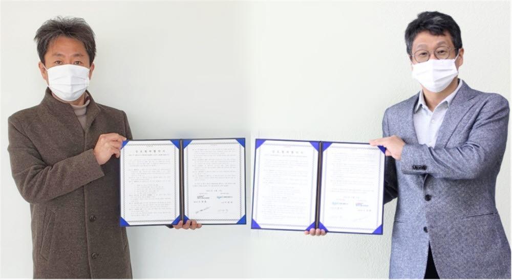 오광환 전남테크노파크 레이저시스템산업지원센터장(왼쪽)이 이영락 광주과학기술원 고등광기술연구소장과 레이저산업 관련기업의 광융합산업 기술정보 제공 및 장비공동활용을 위한 업무협약을 체결했다.