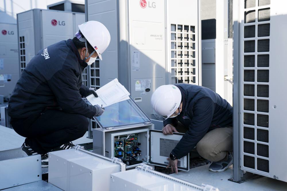 LG전자가 16일 국내 최초로 전기식과 가스식의 장점을 합쳐 냉난방 비용을 줄일 수 있는 하이브리드 히트펌프 시스템 에어컨을 출시했다. LG전자 직원들이 경상남도 김해시 진영휴게소에 설치된 하이브리드 히트펌프 시스템 에어컨을 점검하고 있다.(자료: LG전자 제공)