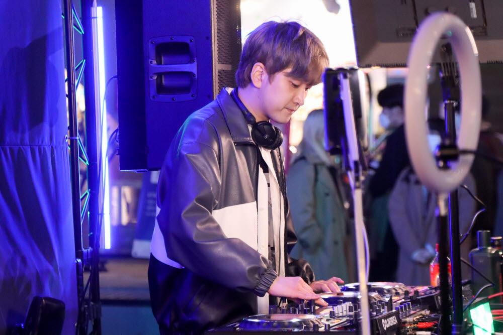 DJ 기린 경연무대 일부.