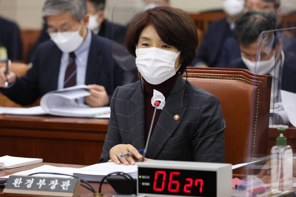 한정애 환경부 장관이 17일 국회에서 열린 환경노동위원회 전체회의에서 의원 질의에 답변하고 있다. <연합뉴스>