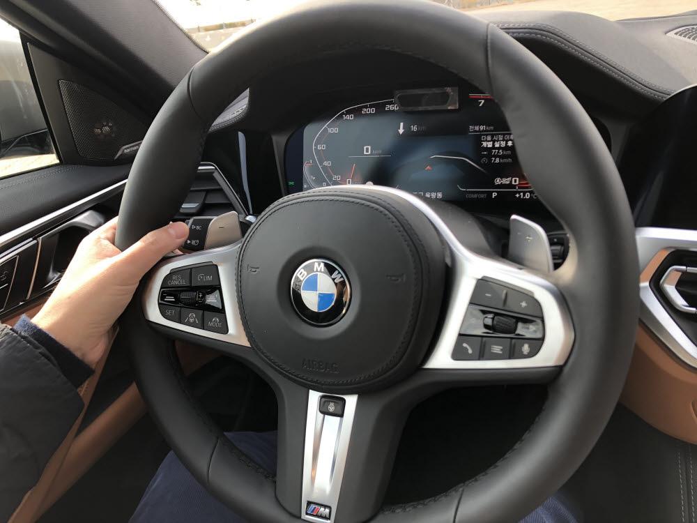 BMW 4시리즈 운전대. / 정치연 기자