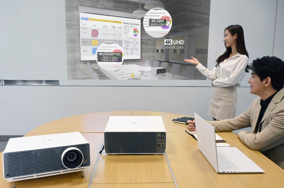 LG전자가 비즈니스 프로젝터 LG 프로빔 신제품 2종을 국내에 출시하며, 상업용 프로젝터 시장을 적극 공략한다. 신제품은 밝고 선명한 대화면은 물론, 무선 연결, 화면 자동 맞춤 등 다양한 편의 기능까지 탑재했다. 모델이 LG 프로빔 신제품을 소개하고 있다.