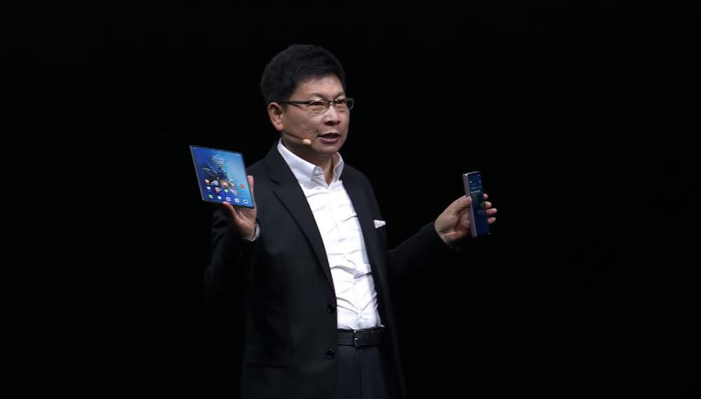 위청둥 화웨이 CEO가 폴더블 스마트폰 신제품 메이트X2를 소개했다.