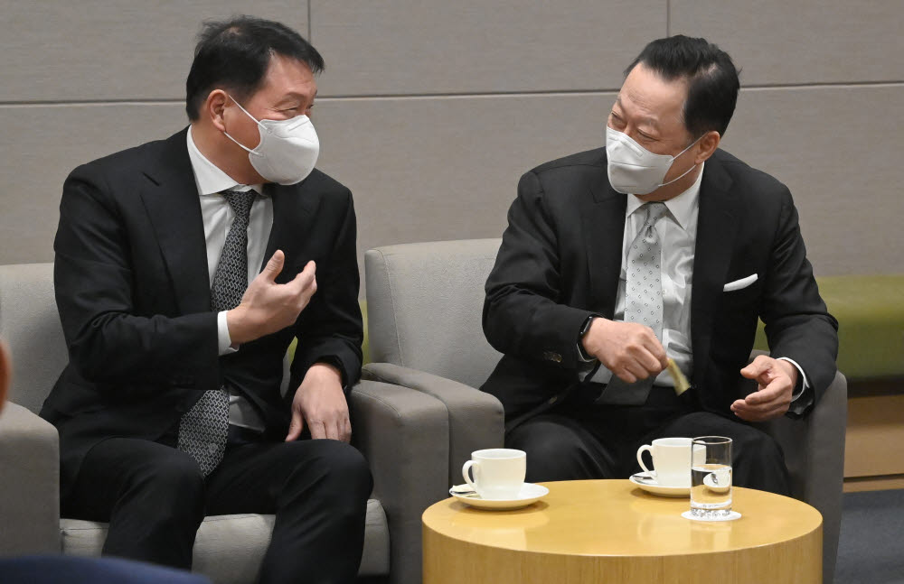 최태원 서울상의 회장(왼쪽)과 박용만 대한상의 회장이 대화하고 있다.