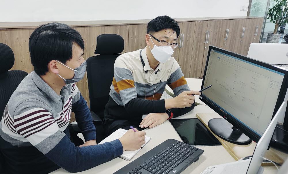LG전자가 올해부터 본격적으로 협력사가 로봇프로세스자동화(RPA)를 도입하도록 지원한다. LG전자 RPA 전문가가 협력사 직원을 대상으로 RPA 노하우를 전수하고 있다.(사진제공=LG전자)