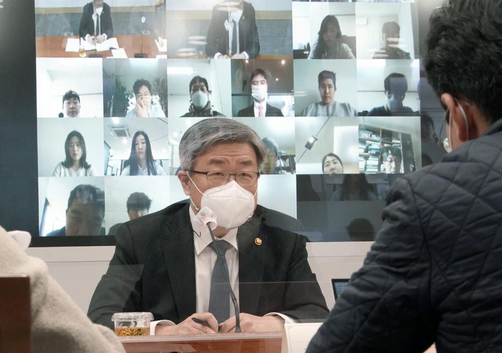 이재갑 고용노동부 장관이 24일 세종시 정부세종청사에서 열린 온라인 기자간담회에 참석해 발언하고 있다.