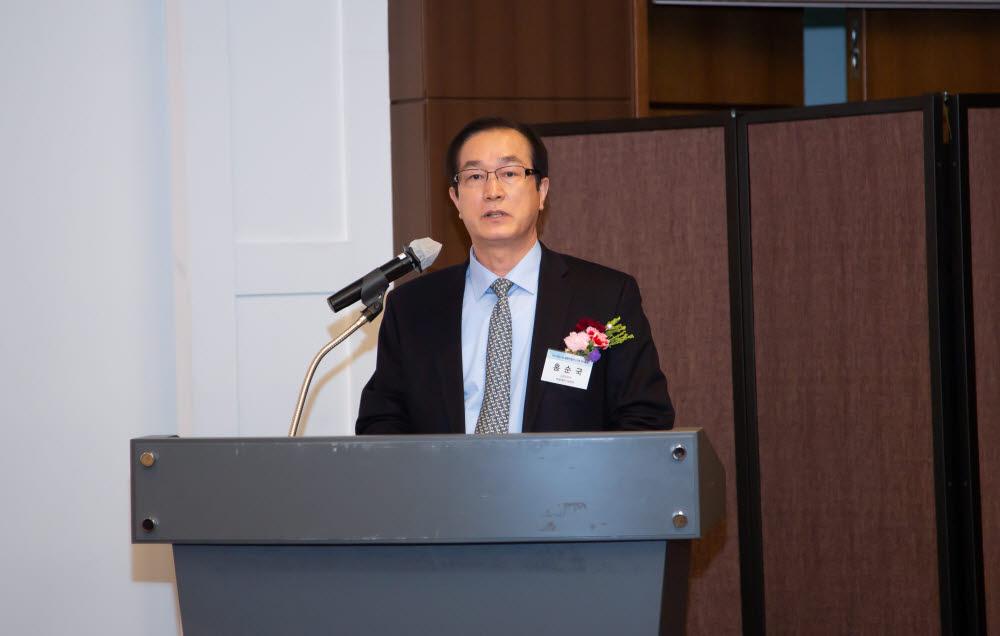 홍순국 나노융합산업연구조합 신임 이사장이 24일 열린 조합 총회에서 인사말을 하고 있다.