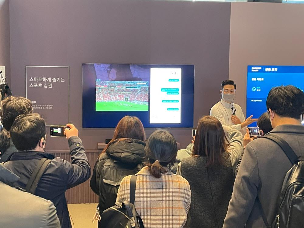 3일 서울 서초구 삼성딜라이트에서 열린 2021년 신제품 시연회에서 삼성전자 관계자가 네오 QLED를 활용한 스마트한 스포츠 시청 방법을 설명하고 있다.