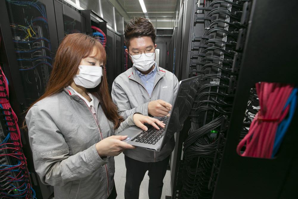 목동에 구축된 KT 클라우드 데이터 센터에서 직원들이 인프라를 점검하고 있는 모습. KT 제공