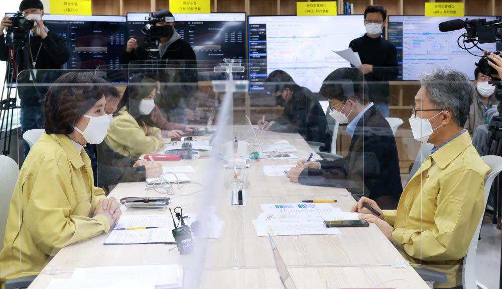 유은혜 사회 부총리 겸 교육부 장관(왼쪽)이 EBS 기술상황실을 방문해 오류 해결 상황 설명을 듣고 있다. <교육부 제공>