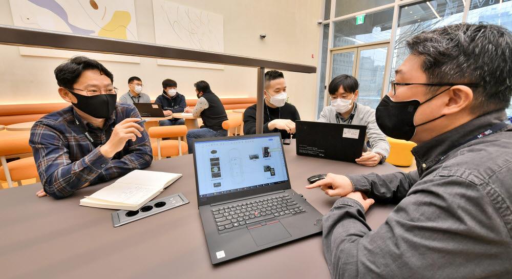 현대모비스가 국내 13개 전문 개발사들과 손잡고 차량용 소프트웨어(SW) 플랫폼 국산화를 추진한다. 현대모비스는 개발사 핵심 인력들을 위해 서울 선릉역 인근에 공유오피스를 마련해 제공한다.