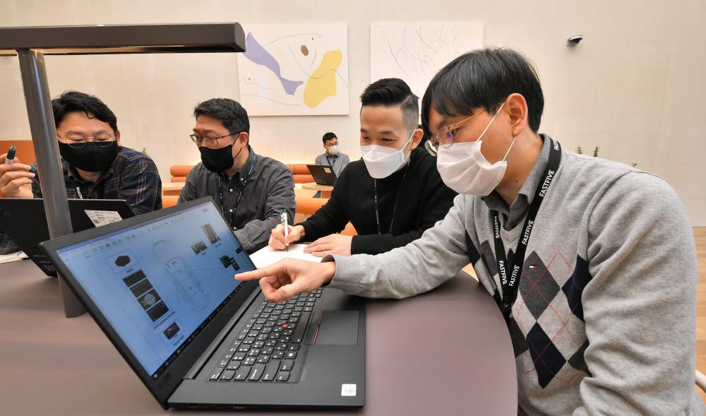 현대모비스가 서울 선릉역 인근에 협력사 개발자들이 모여 근무할 수 있는 공유오피스를 마련해 무료로 제공해 좋은 반응을 얻고 있다.