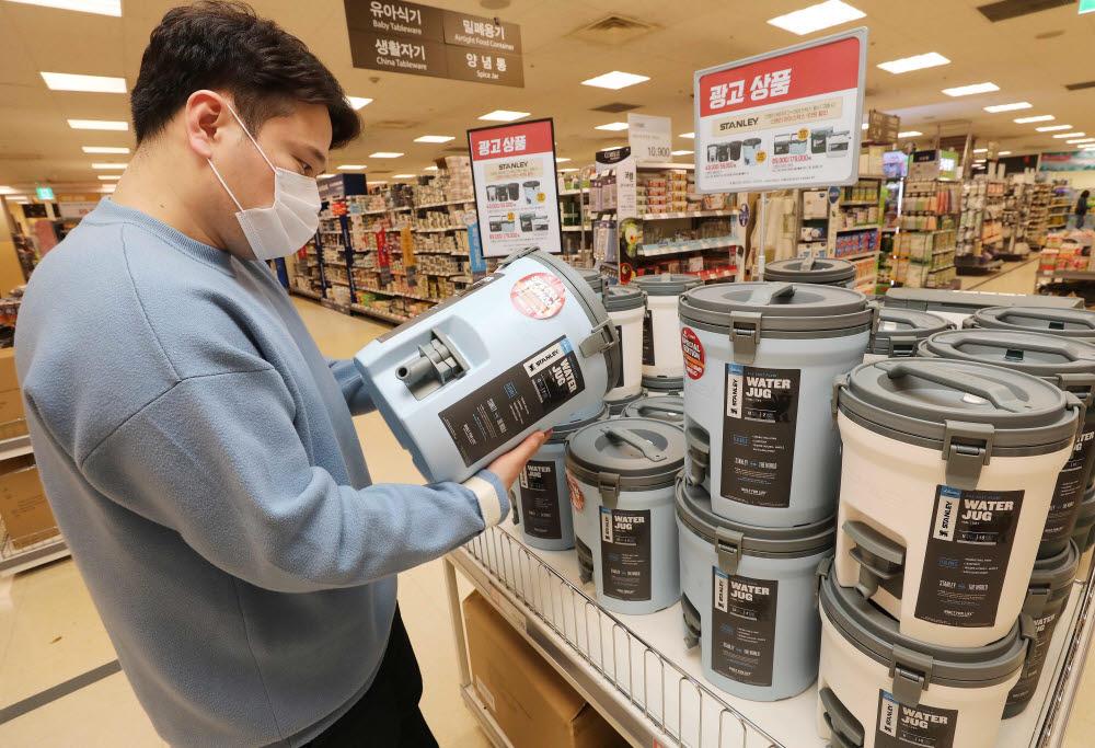 이마트 성수점에서 고객이 스탠리 워터저그를 구매하는 모습.