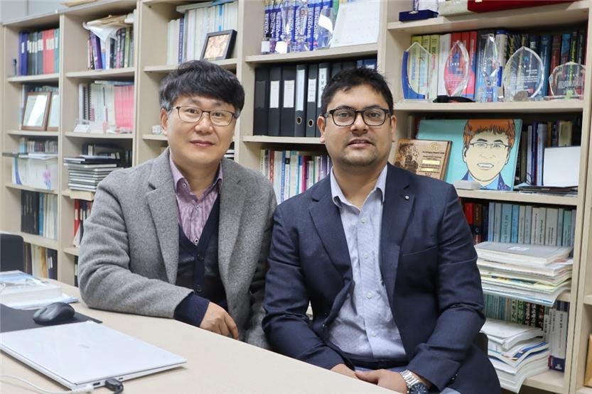 박재영 광운대 전자공학과 교수(사진 왼쪽)와 아스호크 박사과정