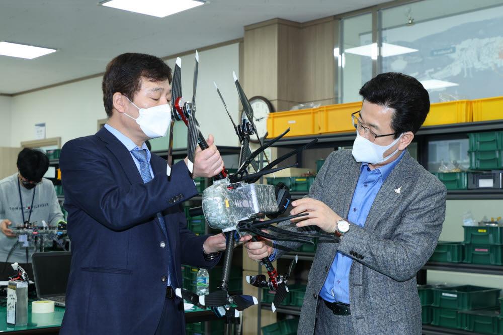 허태정 대전시장이 10일 넥스엔텍을 찾아 드론 제품을 들여다보고 있다. 사진출처=대전시