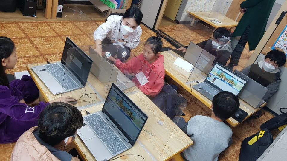 전남정보문화산업진흥원이 완도 충도지역아동센터에서 진행한 찾아가는 SW코딩 교실 운영 모습.