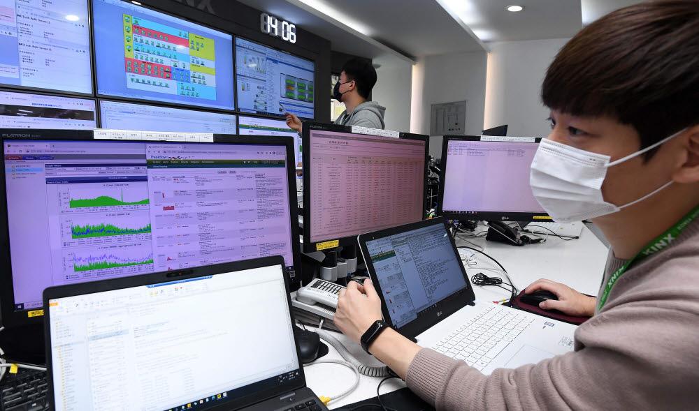 사회 전반에 걸쳐 디지털전환(DX)이 가속화하면서 국내 데이터센터 설립이 증가하고 있다. 16일 서울 강남구 케이아이엔액스 도곡IDC센터에서 엔지니어가 네트워크 현황을 점검하고 있다.<br />김민수기자 mskim@etnews.com